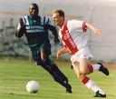 1994: Ulrich van Gobbel in duel met Peter van Vossen tijdens Ajax - Feyenoord.