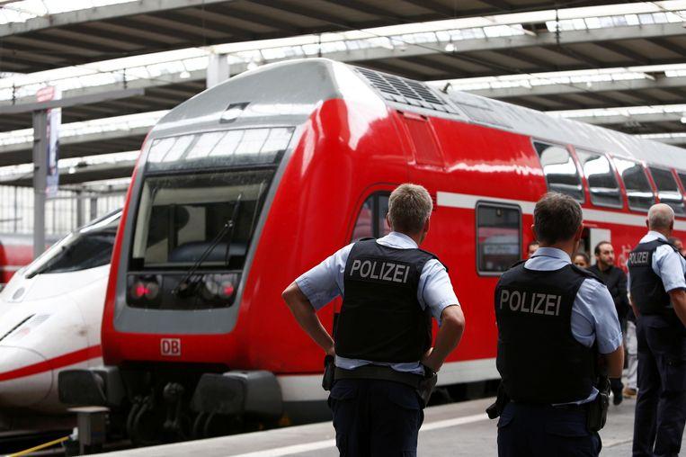 Duitse agenten bij de treinen op het station in München. Beeld reuters