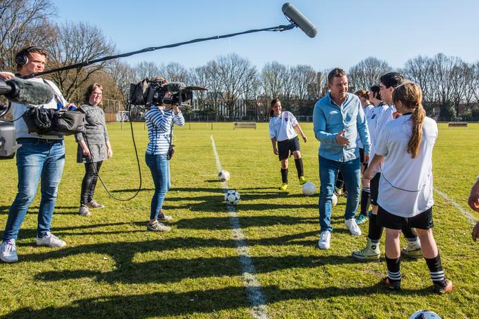 Johnny de Mol maakt kennis met het G-damesteam van SVG. Tussen de cameramensen in staat aanvoerster Suzanne van den Einden.