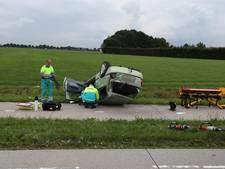 VIDEO: Auto slaat over de kop op Bavelseweg in Molenschot, bestuurster gewond