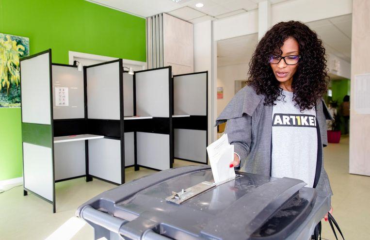 Lijsttrekker Sylvana Simons van Artikel 1 brengt haar stem uit voor de Tweede Kamerverkiezingen. Beeld anp