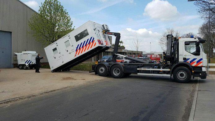 De politie plaatst een onderzoeksunit bij de loods aan de IJsselweg, waar eerder deze week een drugslab werd gevonden.