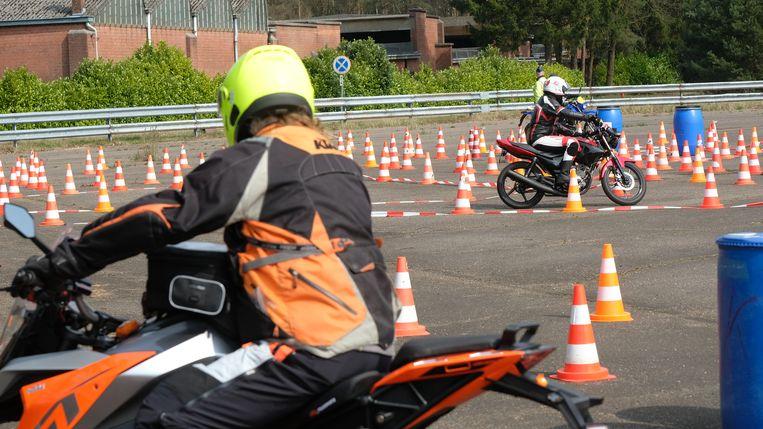 Op het militair domein van Brasschaat oefenen motorrijders hun rijvaardigheid.