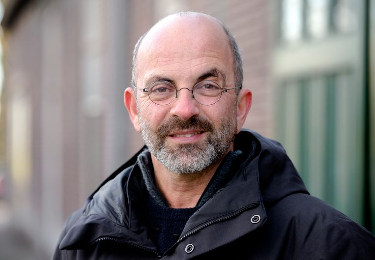 Regisseur Job Gosschalk  bekent dat hij 'over grenzen is gegaan'. Hij legt zijn werkzaamheden neer.