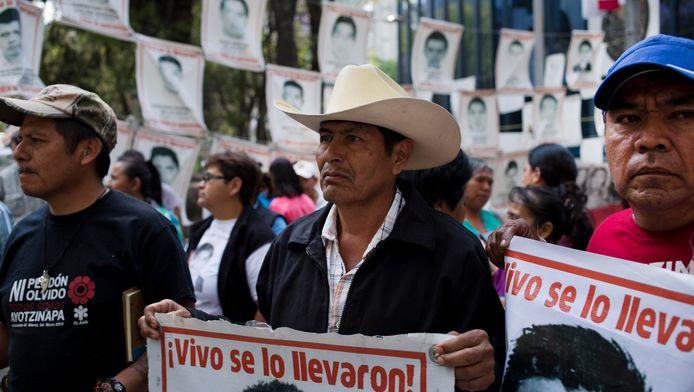 Familieleden van de 43 studenten die in 2014 verdwenen in Iguala protesteren in Mexico City