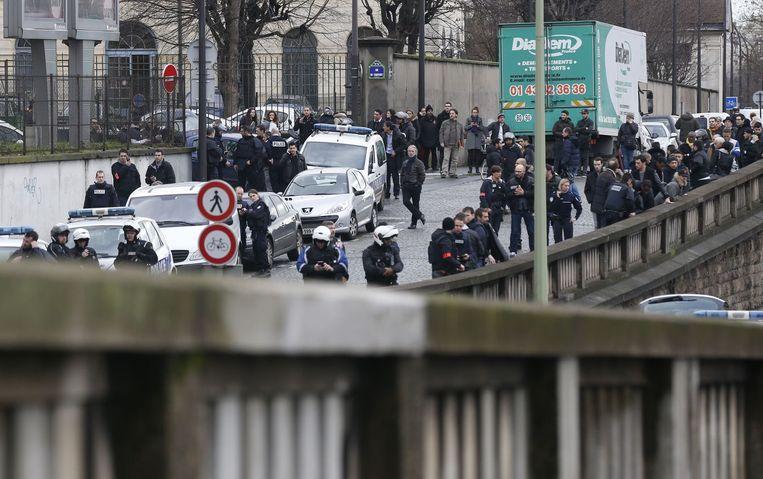 Een grote politiemacht is ingezet rond de Joodse supermarkt in Parijs waar een gijzeling aan de gang is. Beeld afp