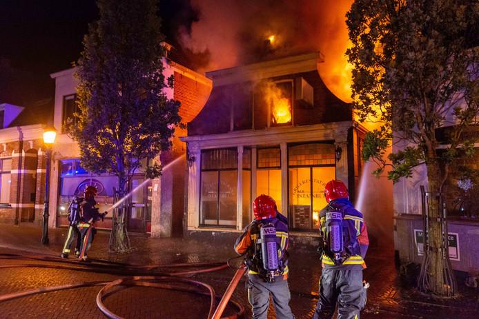 In een Turks restaurant aan de Wijkstraat in het centrum van Appingedam is in de nacht van donderdag op vrijdag een grote brand uitgebroken.  Door de grote inzet van de brandweer was er veel publiek op straat. Zij werden door de politie op een veilige afstand gehouden.