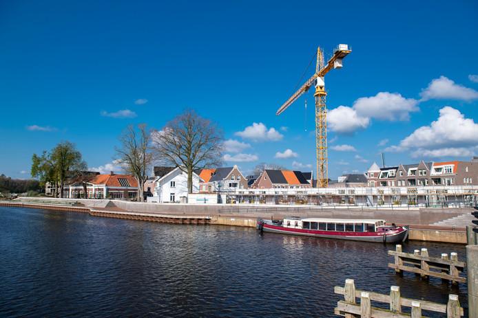 Het bouwproject Waterfront in het centrum van Dalfsen gaat de laatste fase in. Een enorme bouwkraan die er is geplaatst is al van heinde en verre te zien. COPYRIGHT ALEX MULDER