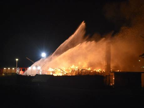 Leegstaand pand aan waterkant Werkendam volledig afgebrand