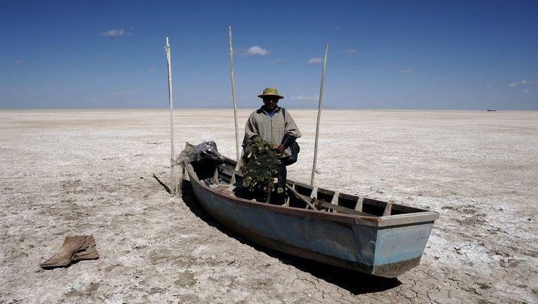 Visser Rene Valero in zijn boot. Vissen sterven massaal door de droogte. Beeld REUTERS