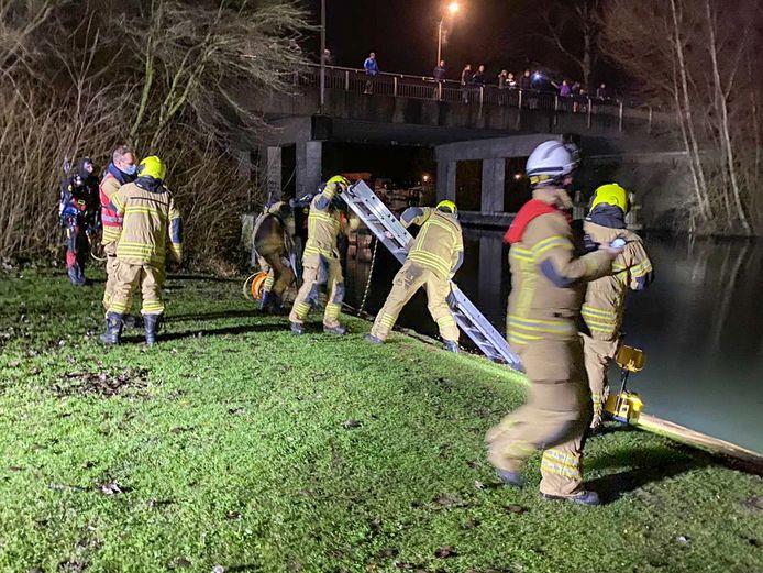 Hulpdiensten hebben donderdagavond het water en de omgeving rondom de Deltabrug in Hardinxveld-Giessendam uitgekamd na de vondst van een verlaten stapeltje kleding.