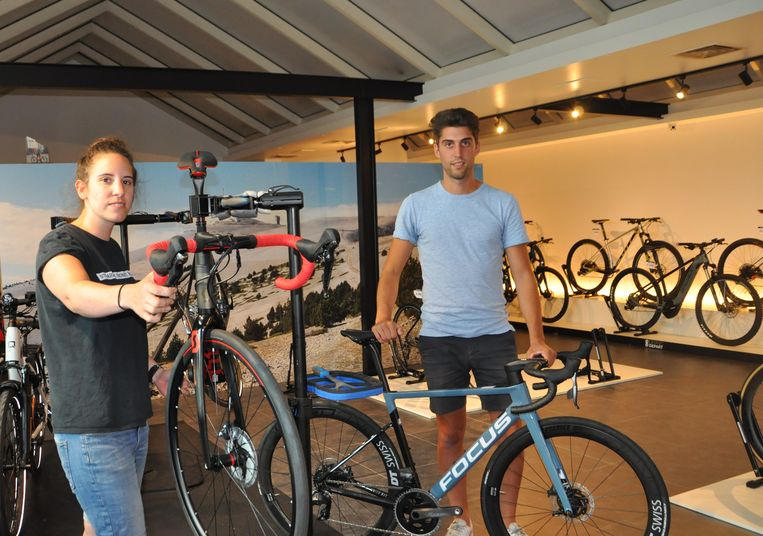 Sanne sleutelt aan de fietsen en Jasper verkoopt ze.