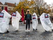 Utrechtse Natalie (21) gaat als 'schuldenspook' door de stad: 'Er moet weer een basisbeurs komen'
