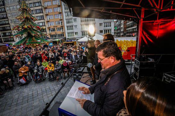 Burgemeester Bart Tommelein spreekt de Oostendenaars toe.