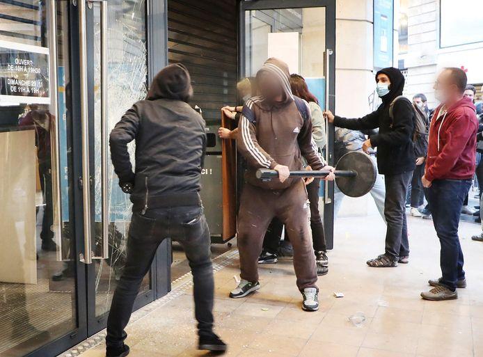 In verschillende Franse steden ontaardde het protest. Vandalen vernielden winkels.