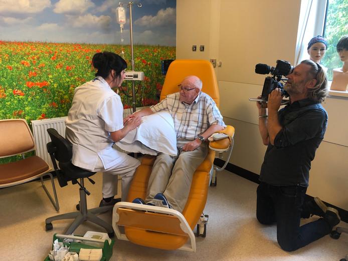 Oncologieverpleegkundige Selina Sprangers van het Beatrixziekenhuis in Gorinchem. Op deze foto is ze te zien met patiënt Arie van Breugel uit Sleeuwijk.