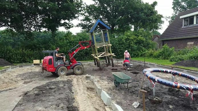 Bewoners steken zelf flink de handen uit de mouwen. Maar ook het tuincentrum helpt mee met zware machines.