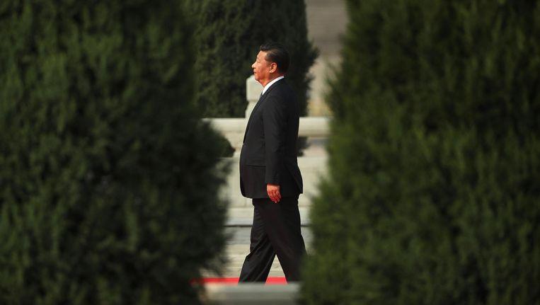 De Chinese president Xi Jinping loopt richting het Monument voor de Helden van het Volk op het Plein van de Hemelse Vrede tijdens martelarendag op 30 september. Beeld ap