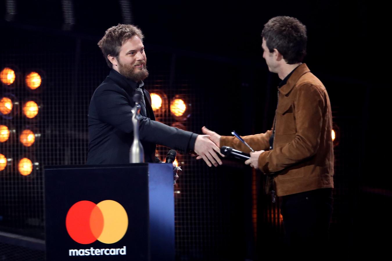 David Bowie's zoon Duncan Jones (links) neemt de award in naam van zijn vader in ontvangst.