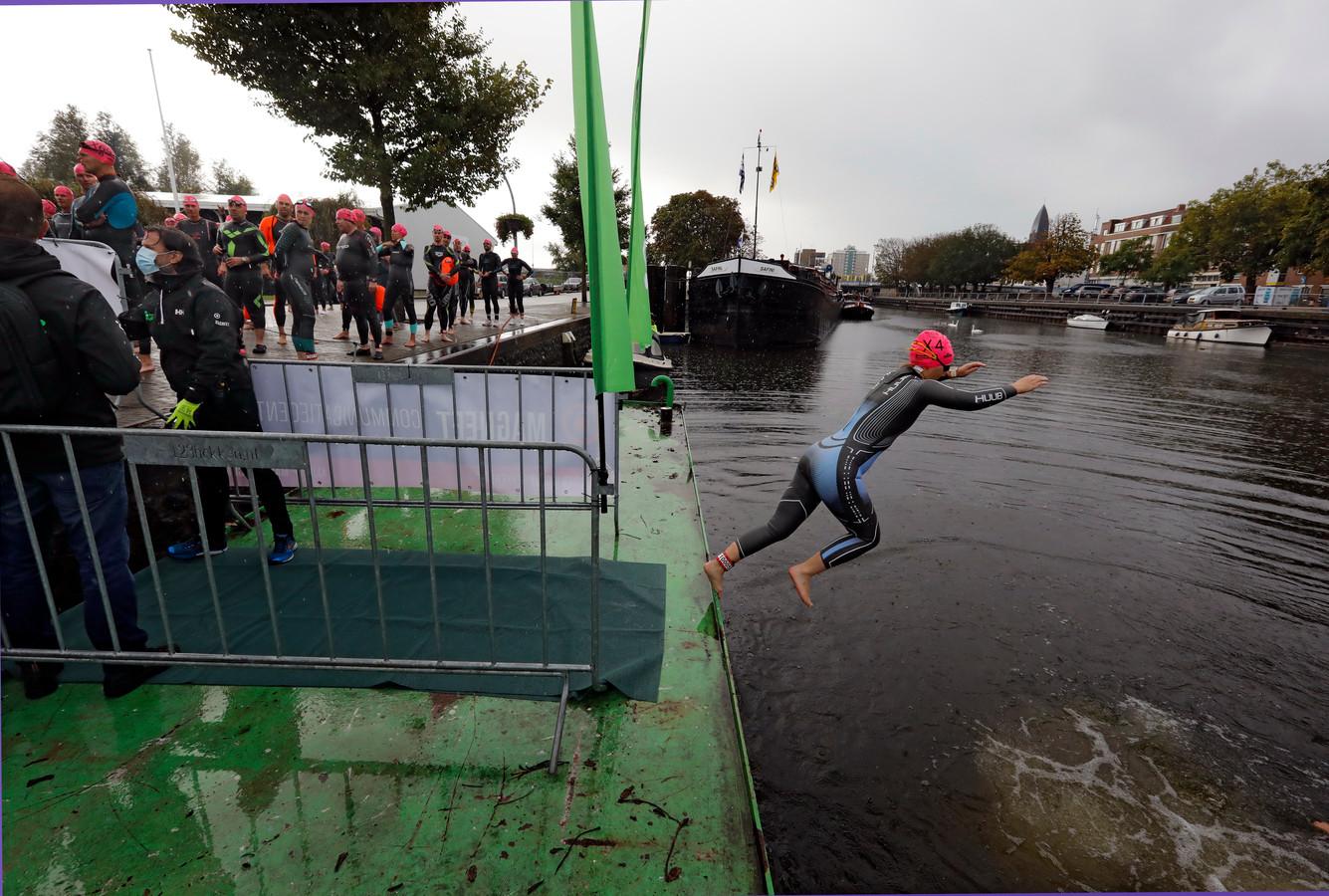 De eerste zwemmers hebben de tocht af mogen maken.