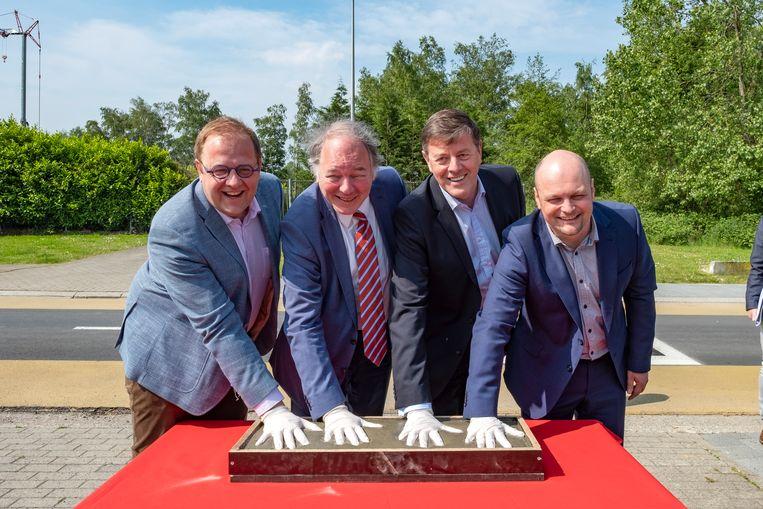 Van links naar rechts: Tom De Vries (Open Vld), burgemeester van Niel, gedeputeerde Ludwig Caluwé, Danny Van Himste van het VIL en Johan Guldix, medewerker van minister Philippe Muyters (N-VA), leggen de symbolische eerste steen.