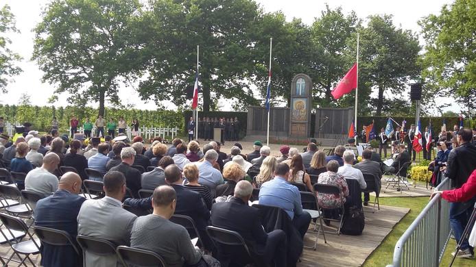 De Marokkaanse ambassadeur houdt een toespraak tijdens de 68e Franse herdenking in Kapelle.