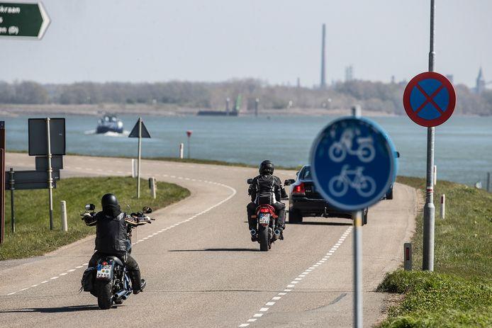 Motorrijders op de Spijksedijk.
