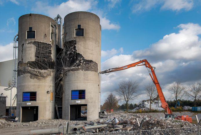 De silo's naast de energiecentrale worden gesloopt.