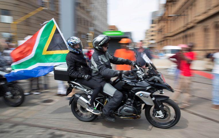 Protest op de motor in Pretoria tegen president Zuma. Midden:. Onder:  Beeld REUTERS