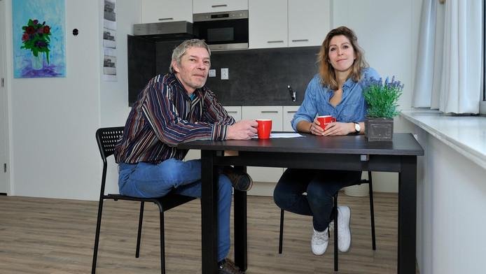 Rolf van de Rol, lid van de cliëntenraad van Kwintes, en projectleider Wendy Gerards in een proefunit.