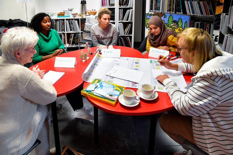 Bij een gemoedelijke babbel of een spel oefenen vrijwilligers met anderstaligen het Nederlands.