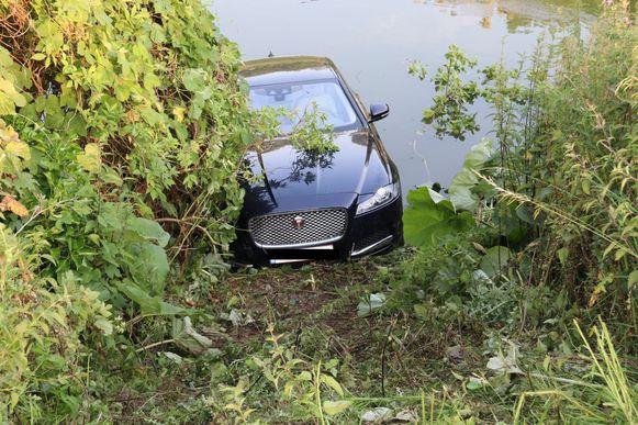 De auto reed achterwaarts de vijver in. Het koppel kwam er met de schrik vanaf.