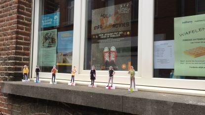 Kartonnen figuurtjes zetten vrijwilligers in de kijker