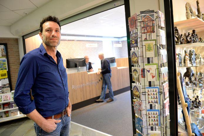 """Manager Jeroen de Kok van het Kulturhus Holten is blij dat de bibliotheek weer open is maar het theater blijft voorlopig dicht. """"Het verstandigste is om zo min mogelijk te doen om zo min mogelijk kosten te maken."""""""