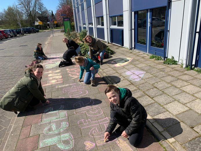 De vriendengroep trok langs verschillende verpleeghuizen  in Ridderkerk om voor bewoners en personeel tekeningen op de stoep te maken.
