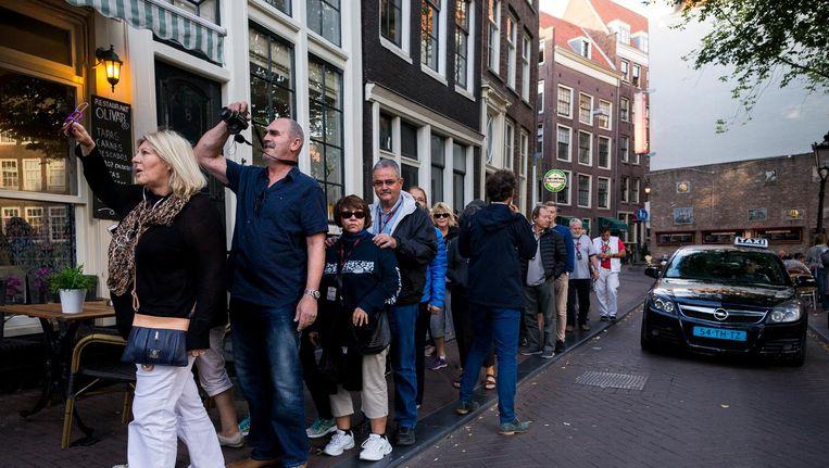 Een wandeling met meer dan 20 toeristen mag in Amsterdam binnenkort alleen met vergunning Beeld Rink Hof