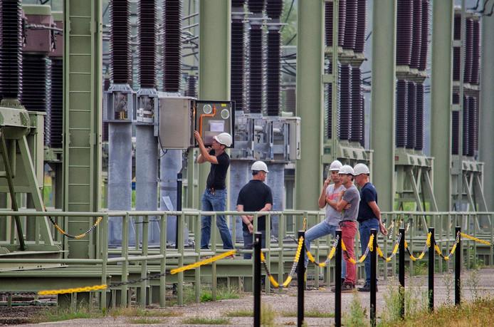 Medewerkers van Enexis probeerden de oorzaak van de stroomstoring te achterhalen.