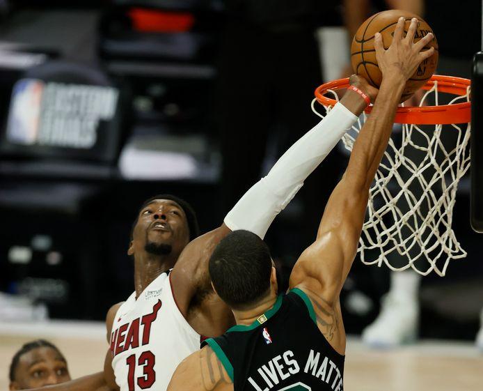 Miami Heat Bam Adebayo blokt Jayson Tatum.