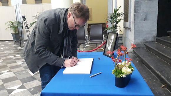 Rector Rik Van de Walle tekent als eerste het rouwregister.