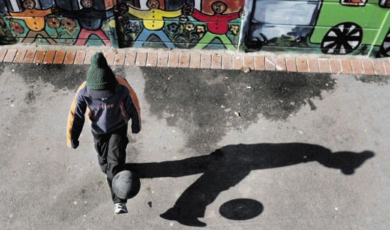 Een jonglerend jochie in de straten van Kaapstad. Volgens Steve Haupt verandert het sociaal-economische beeld in Zuid-Afrika in rap tempo. (FOTO EPA) Beeld EPA
