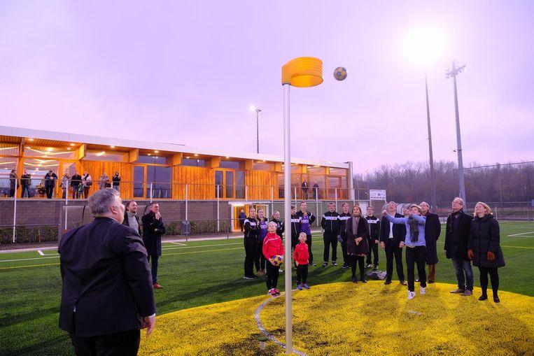 Met een reeks worpen naar een korf is de sport- infrastructuur in gebruik genomen.