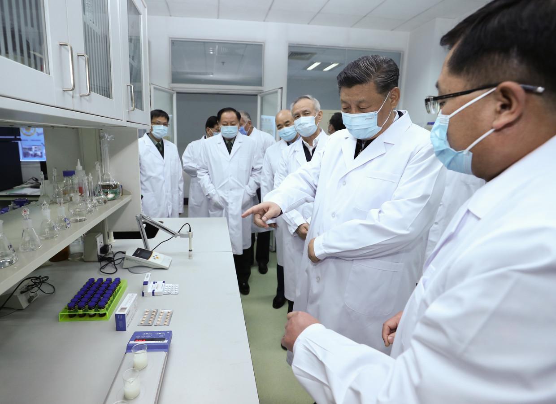 De nombreux scientifiques, institutions académiques et entreprises espèrent être les premiers à trouver un médicament efficace. Rien qu'en Chine, au moins neuf vaccins possibles sont en cours d'élaboration et le président Xi Jinping (au centre sur la photo) suit l'évolution de près.