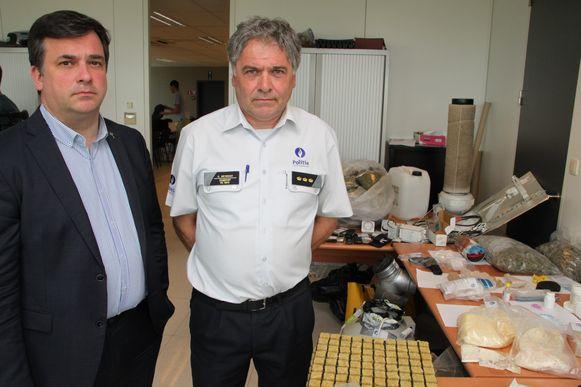 Korpschef van de politiezone Riho Curd Neyrinck en Roeselaars burgemeester Kris Declercq bij de drugsbuit van huiszoekingen.
