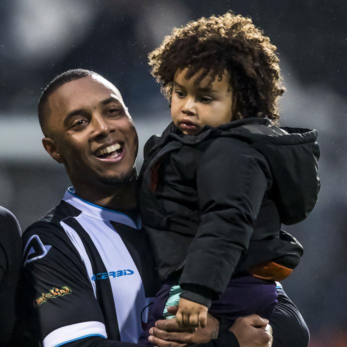 Lerin Duarte viert de zege op VVV met zijn zoontje.
