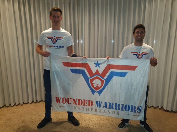 Rob Vreeken (l) en Hugo Stakenborg lopen zaterdag 80 kilometer voor Wounded Warriors NL.
