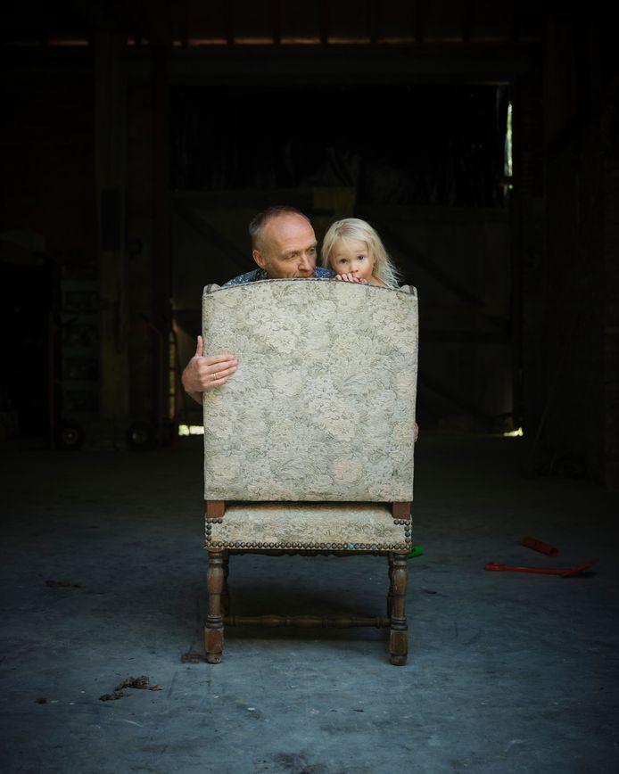 Samen met dochter Vonkie (2,5) op de stoel waarop Stef Bos' vader 30 jaar van zijn leven heeft gezeten.
