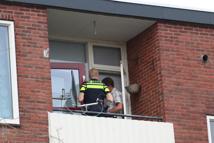Politie en forensische recherche doen onderzoek in het appartement en op het balkon van de bovenwoning aan de Lekstraat in Apeldoorn.