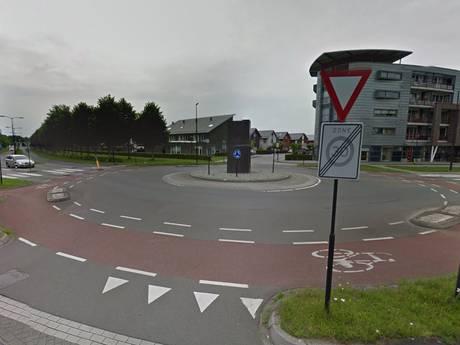 Auto crasht op rotonde Deventer: bestuurder gevlucht