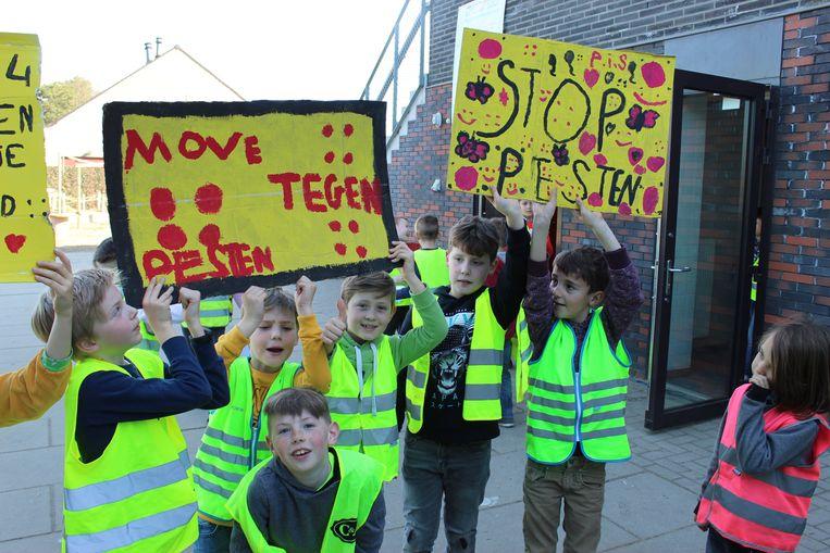 De kinderen waren trots op hun slogans.