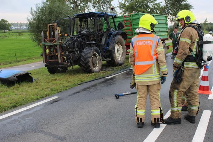 De uitgebrande tractor langs de N218
